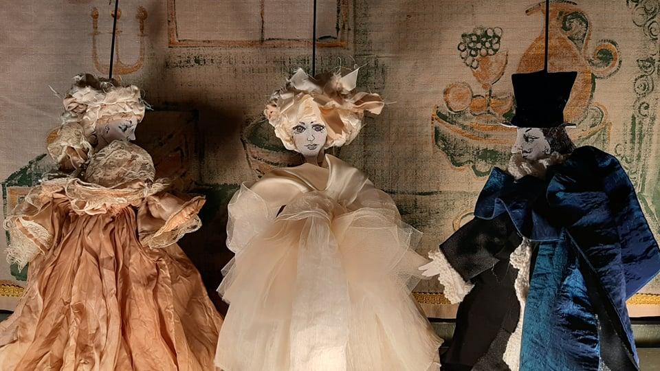 trzy lalki na scenie
